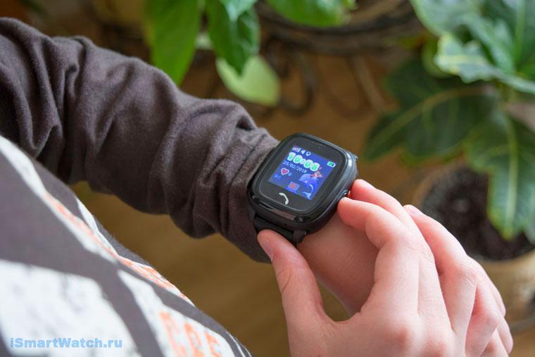 часы с горящим экраном на руке