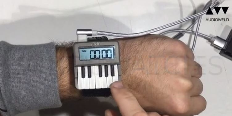 Synthwatch на руке